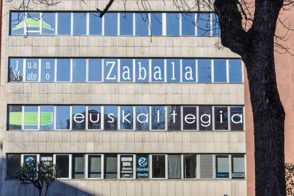 rotulación de ventanas de edificio con vinilo
